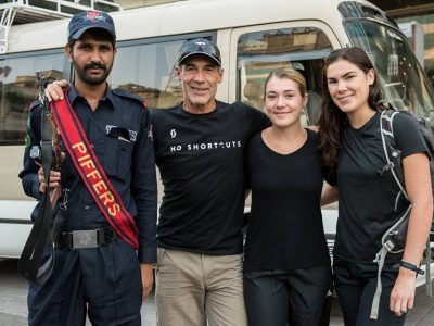 Mike-Horn-with-two-girls-and-a-Pakistani-guard
